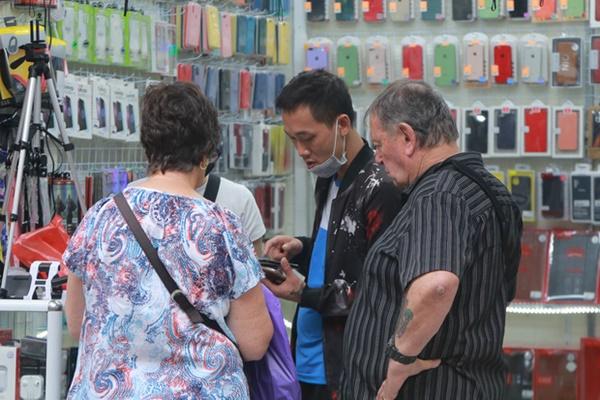 Du khách nước ngoài không đeo khẩu trang vô tư dạo phố Hà Nội giữa mùa dịch Covid-19-5