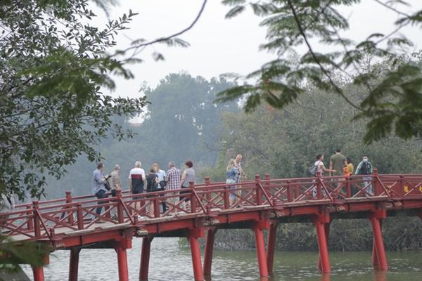 Du khách nước ngoài không đeo khẩu trang vô tư dạo phố Hà Nội giữa mùa dịch Covid-19-6