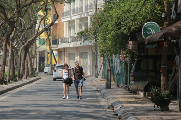 Du khách nước ngoài không đeo khẩu trang vô tư dạo phố Hà Nội giữa mùa dịch Covid-19-7