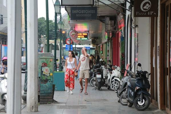 Du khách nước ngoài không đeo khẩu trang vô tư dạo phố Hà Nội giữa mùa dịch Covid-19-8