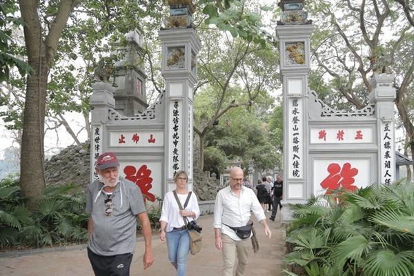Du khách nước ngoài không đeo khẩu trang vô tư dạo phố Hà Nội giữa mùa dịch Covid-19-9