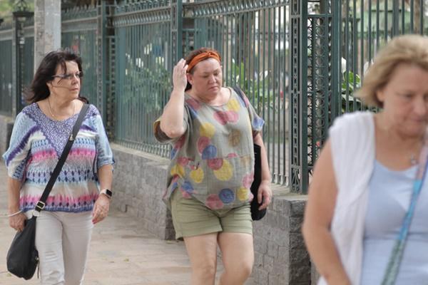 Du khách nước ngoài không đeo khẩu trang vô tư dạo phố Hà Nội giữa mùa dịch Covid-19-10