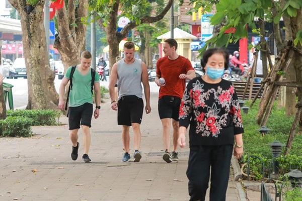 Du khách nước ngoài không đeo khẩu trang vô tư dạo phố Hà Nội giữa mùa dịch Covid-19-11