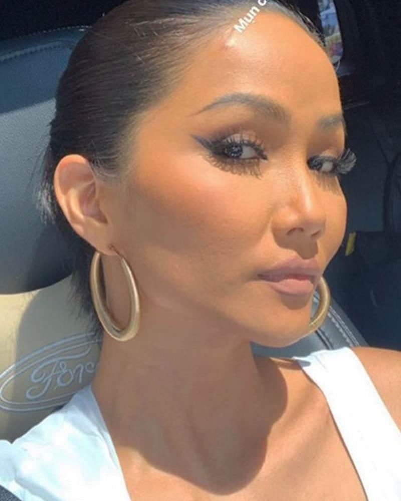 Tự tin phơi mặt dưới ánh mặt trời, H'Hen Niê để lộ mụn và da sần sùi dù makeup kĩ-7