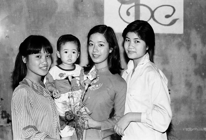 Chia sẻ loạt ảnh cưới nhân kỷ niệm 33 năm ngày về chung một nhà với ông xã, NSƯT Chiều Xuân khiến dân tình xuýt xoa vì vẻ ngoài xinh đẹp không đổi-3