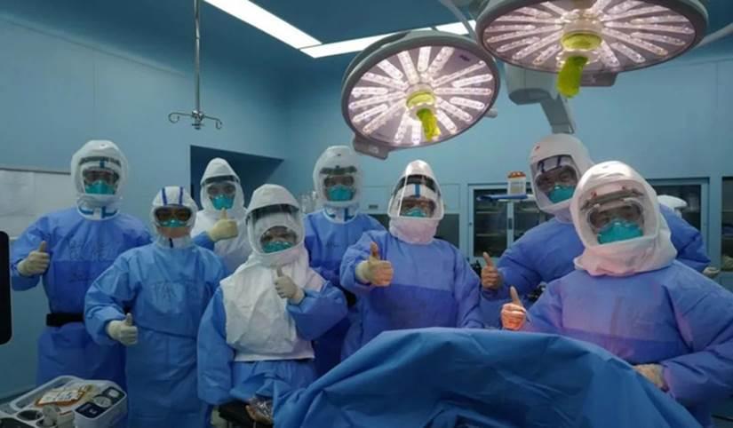 Ca ghép phổi đầy kịch tính cho bệnh nhân Covid-19 ở TQ: Bác sĩ thất kinh khi vừa mở lồng ngực-4