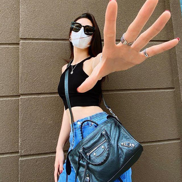 Street style sao Việt: Ngọc Trinh lộ chân gân guốc, chị đại Lệ Quyên eo bé đến mức như bơi trong váy-10