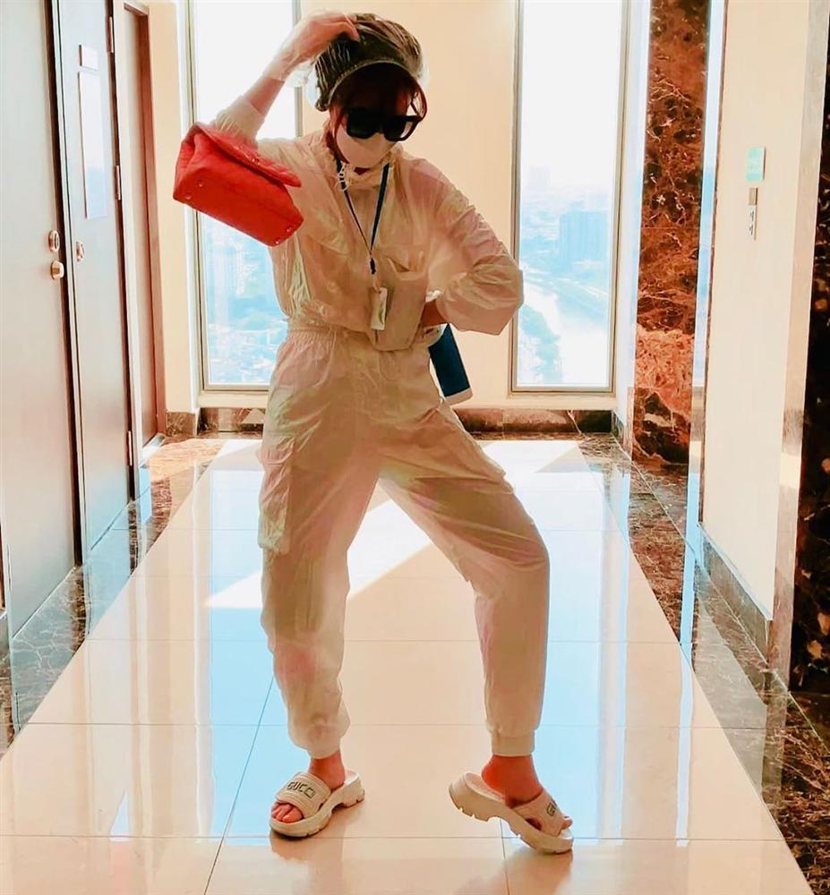 Street style sao Việt: Ngọc Trinh lộ chân gân guốc, chị đại Lệ Quyên eo bé đến mức như bơi trong váy-2