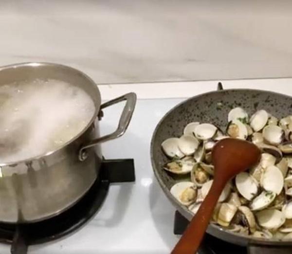 Chồng đại gia than nấu ăn mất 1,5 tiếng, mẹ bỉm sữa Lan Khuê kêu mệt vì bày bừa-7