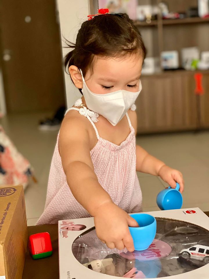 Biết được xuống sân chơi nên bé Myla đã có hành động đáng yêu để bảo vệ bản thân, ai cũng khen siêu mẫu Hà Anh dạy con khéo léo-1