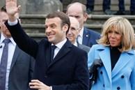 Xuất hiện bên chồng trong thời điểm dịch Covid-19, Đệ nhất phu nhân Pháp gây chú ý khi mặc 'kín cổng cao tường' và lộ gương mặt khác lạ