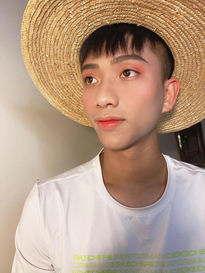 Văn Đức nhan sắc ngời ngời sau khi làm mẫu bất đắc dĩ cho Nhật Linh tập make-up-2