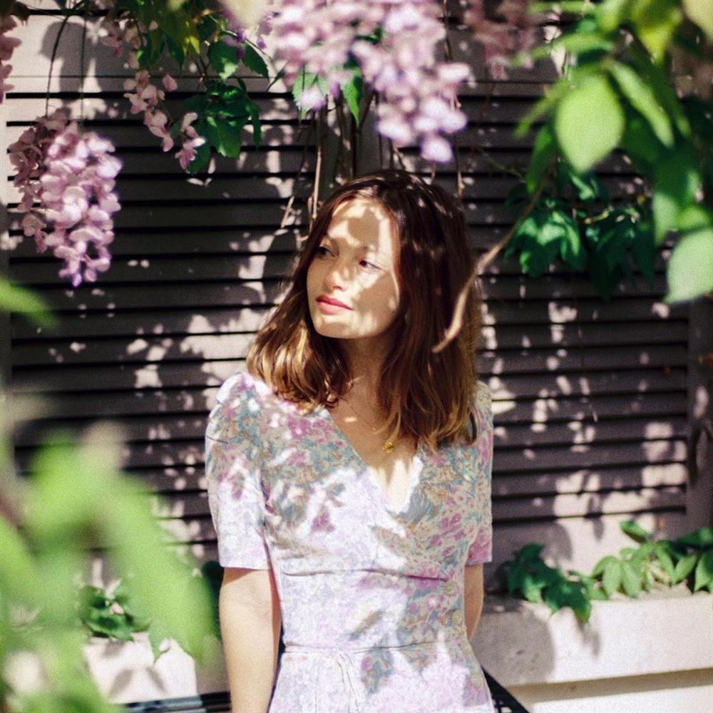 Thực ra phụ nữ Pháp cũng rất điệu, mê mẩn đồ họa tiết hoa và diện theo cách vô cùng sang xịn, tinh tế-4