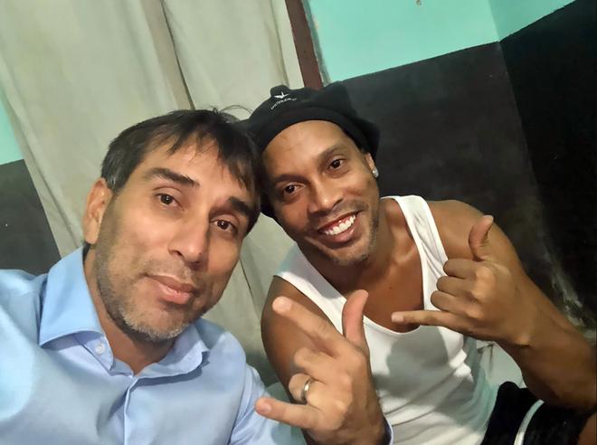 Ronaldinho đi tù và dấu chấm hết cho ngày trở về Barca-2