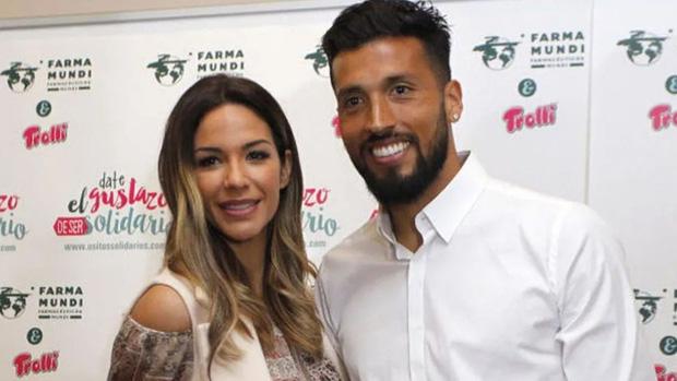 Xúc động khoảnh khắc tuyển thủ Argentina nhiễm Covid-19 mắt rớm lệ khi nhận được nụ hôn của vợ qua lớp kính cách ly-2