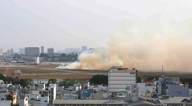 Máy bay Vietnam Airlines nổ lốp khi chạy đà, khói bốc mù mịt tại sân bay Tân Sơn Nhất-1