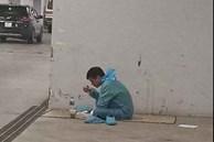 Bức ảnh chụp 'người hùng' thầm lặng giữa mùa dịch, ăn vội bữa cơm khi vẫn mặc đồ bảo hộ cách ly khiến dân mạng xúc động