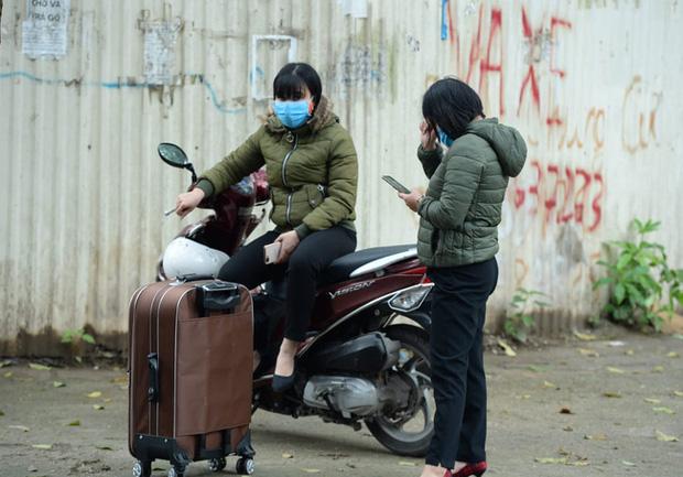 Phụ huynh của du học sinh chờ đợi mang nhu yếu phẩm tiếp tế cho con đến khu cách ly Pháp Vân - Tứ Hiệp-11