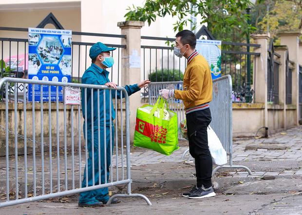 Phụ huynh của du học sinh chờ đợi mang nhu yếu phẩm tiếp tế cho con đến khu cách ly Pháp Vân - Tứ Hiệp-13