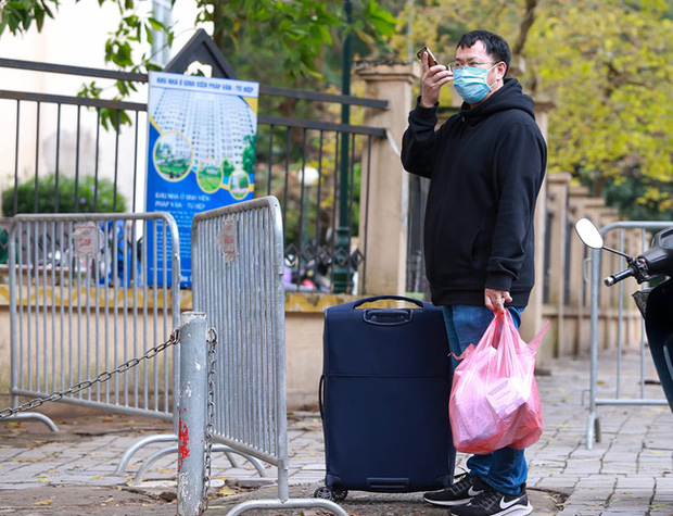 Phụ huynh của du học sinh chờ đợi mang nhu yếu phẩm tiếp tế cho con đến khu cách ly Pháp Vân - Tứ Hiệp-15
