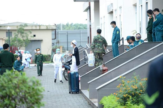 Phụ huynh của du học sinh chờ đợi mang nhu yếu phẩm tiếp tế cho con đến khu cách ly Pháp Vân - Tứ Hiệp-2