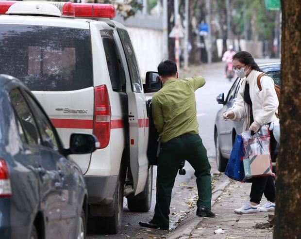 Phụ huynh của du học sinh chờ đợi mang nhu yếu phẩm tiếp tế cho con đến khu cách ly Pháp Vân - Tứ Hiệp-7