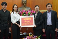 Chi Pu trao tận tay 5.000 bộ trang phục bảo hộ tại Hà Nội và TP. HCM phòng chống dịch Covid-19