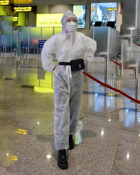 Mặc kín mít phòng dịch COVID-19, Chi Pu thành tâm điểm tại sân bay-3