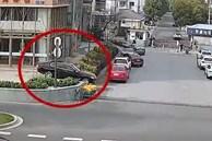 Nữ tài xế lái ôtô xuống bậc thang khiến xe mắc kẹt