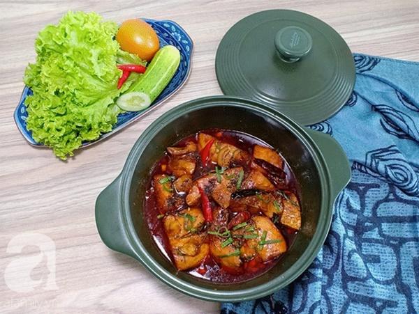 Nấu món cá kho đậm đà, đưa cơm kiểu này chồng con khen không ngớt lời-1