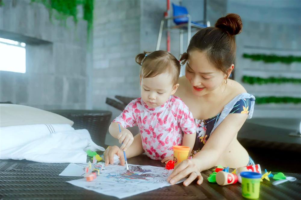 Con gái 21 tháng biết xếp bảng chữ cái, đếm số, đánh đàn, Lan Phương tiết lộ quy tắc dạy con mẹ nào cũng khen ngợi-3