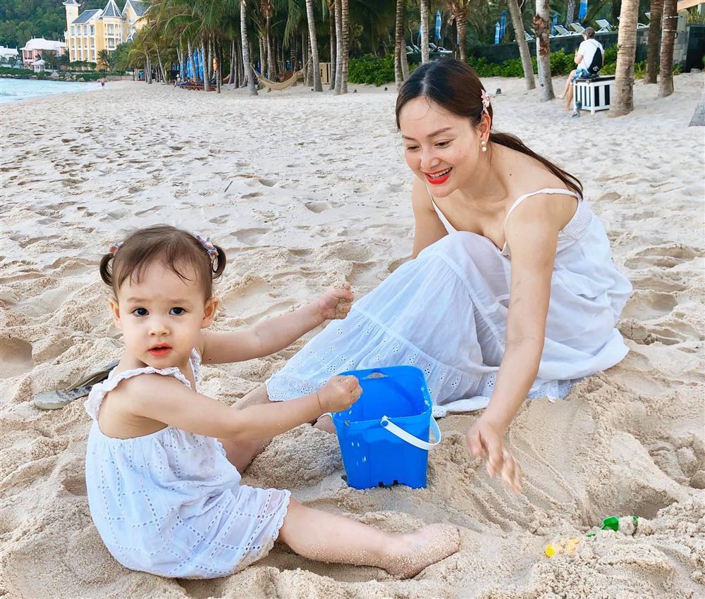 Con gái 21 tháng biết xếp bảng chữ cái, đếm số, đánh đàn, Lan Phương tiết lộ quy tắc dạy con mẹ nào cũng khen ngợi-4
