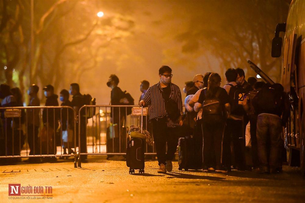 Trắng đêm đón công dân từ vùng dịch vào khu cách ly-10