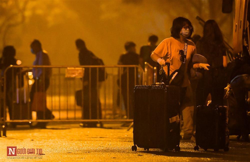 Trắng đêm đón công dân từ vùng dịch vào khu cách ly-12