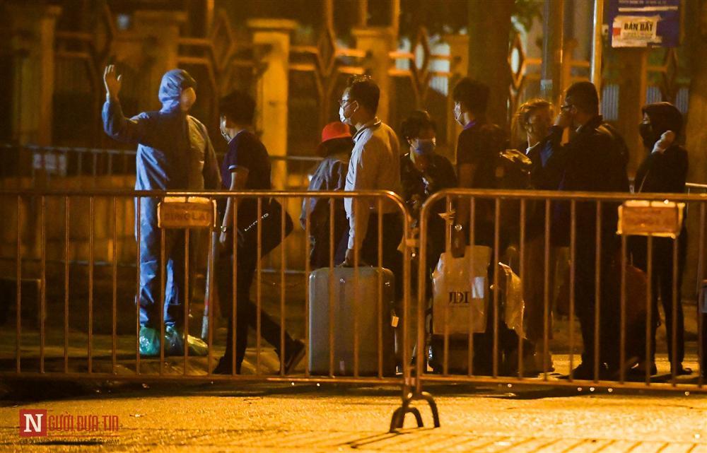 Trắng đêm đón công dân từ vùng dịch vào khu cách ly-13