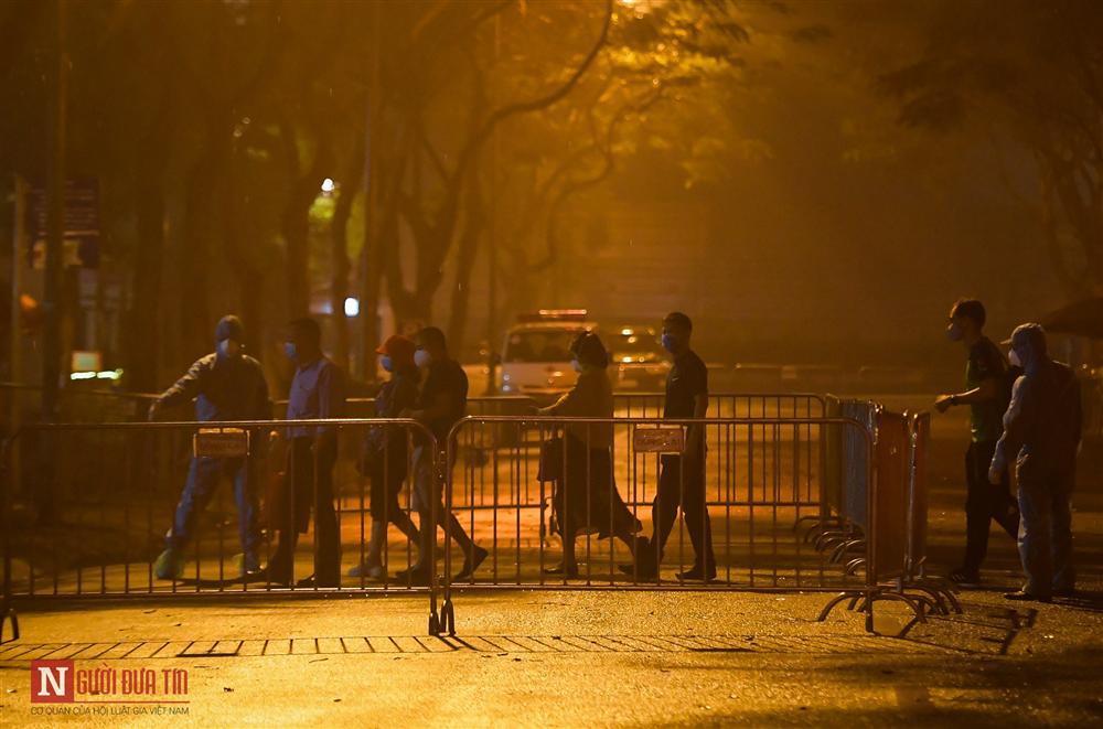 Trắng đêm đón công dân từ vùng dịch vào khu cách ly-7