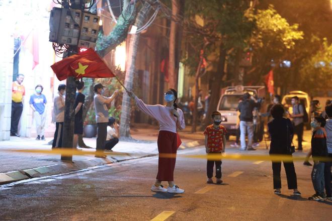 Phố Trúc Bạch được dỡ bỏ hàng rào phong tỏa, người dân vui mừng sau 14 ngày cách ly-1