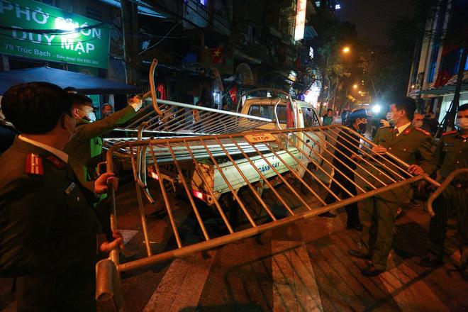Phố Trúc Bạch được dỡ bỏ hàng rào phong tỏa, người dân vui mừng sau 14 ngày cách ly-8