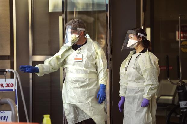 Bệnh viện London thất thủ vì Covid-19, y tá kiệt sức trùm túi rác làm việc do đồ bảo hộ thiếu trầm trọng-2