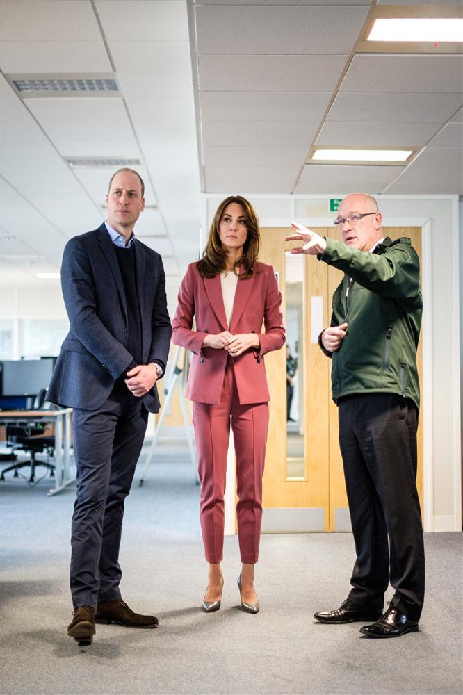Lần đầu tiên Công nương Kate diện nguyên bộ suit, là học phá vỡ quy tắc Hoàng gia từ Meghan?-1
