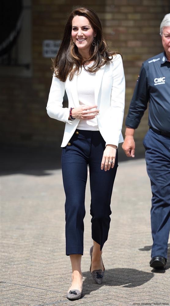 Lần đầu tiên Công nương Kate diện nguyên bộ suit, là học phá vỡ quy tắc Hoàng gia từ Meghan?-3