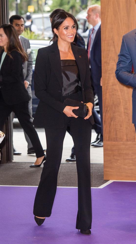 Lần đầu tiên Công nương Kate diện nguyên bộ suit, là học phá vỡ quy tắc Hoàng gia từ Meghan?-7