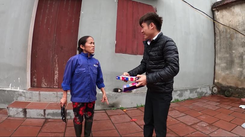"""Con trai bà Tân Vlog lại bị tố là diễn lố, bắt trend cũ rích"""" khi mang món kẹo thối đi troll mẹ-4"""