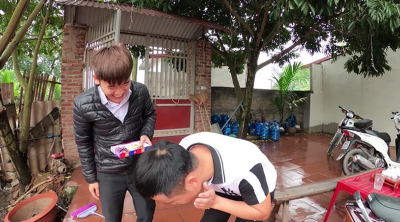 """Con trai bà Tân Vlog lại bị tố là diễn lố, bắt trend cũ rích"""" khi mang món kẹo thối đi troll mẹ-6"""
