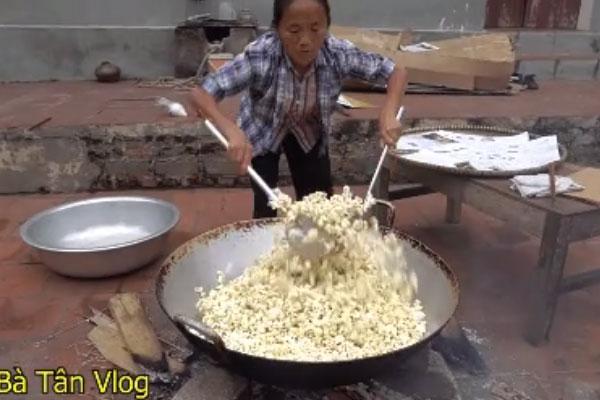 """Bắt trend bắp cần bơ"""", bà Tân Vlog làm nia bỏng ngô khổng lồ với chiếc vung chảo tự chế đặc biệt, dân tình nghe tiếng bắp nổ sướng hết cả tai""""-7"""