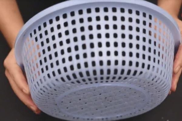 Rổ rau bẩn khó làm sạch? Chỉ cần vài tờ giấy là sạch hoàn toàn trong 5 phút-6