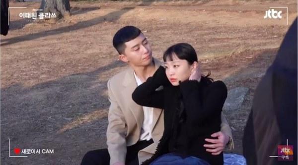 """Ngất lịm clip hậu trường Park Seo Joon ngấu nghiến đè hôn điên nữ"""" ở Tầng Lớp Itaewon-3"""