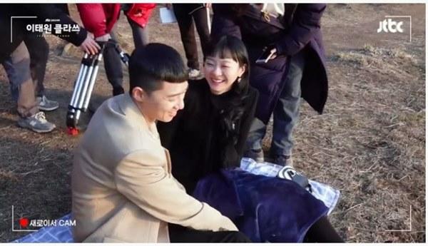 """Ngất lịm clip hậu trường Park Seo Joon ngấu nghiến đè hôn điên nữ"""" ở Tầng Lớp Itaewon-7"""