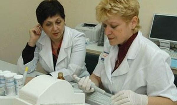 Bác sĩ bệnh truyền nhiễm không khai báo khi đi du lịch về, trở thành ca bệnh siêu lây nhiễm, ảnh hưởng 1.200 người và đối mặt với án tù-2