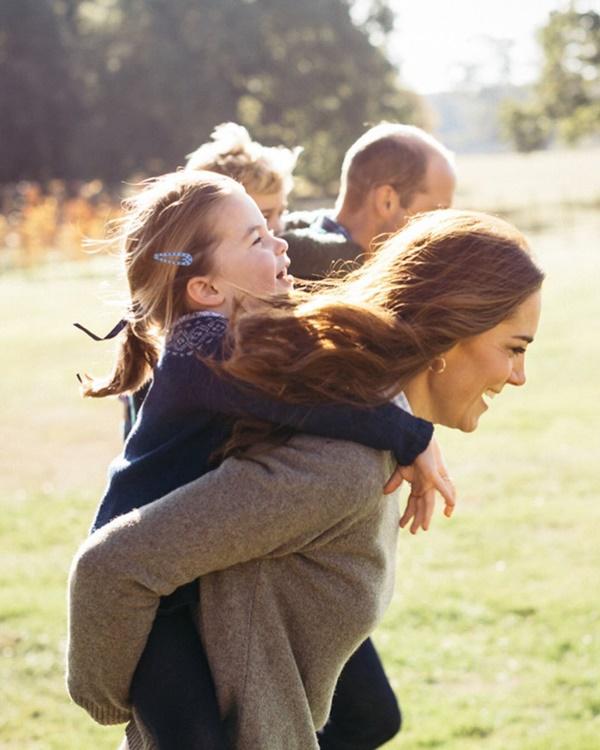 Nhân Ngày của Mẹ, Công nương Kate bất ngờ chia sẻ 3 bức ảnh độc chưa từng thấy khiến dư luận ấm lòng trong thời điểm dịch bệnh hoành hành-1
